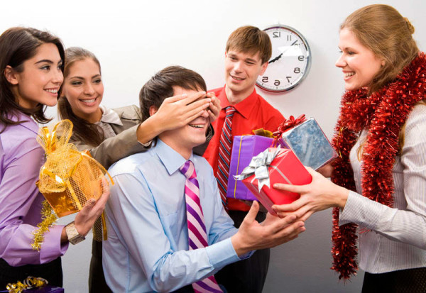 Как выбрать подарок на день рождения для коллеги мужчины