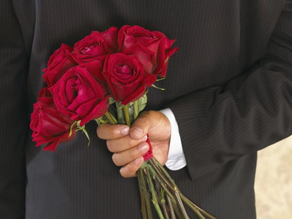 Букет роз за спиной