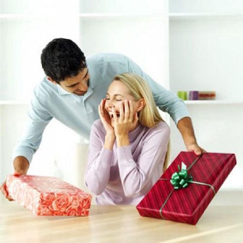 Вместе целый год – важная дата и радостный праздник. Что подарить любимой?