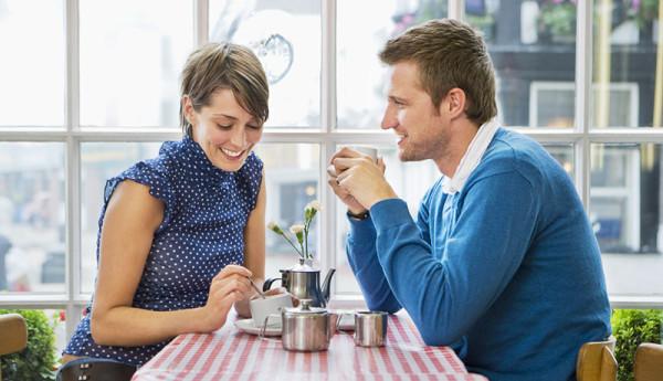 Первое свидание – важное событие, которое не терпит ошибок. Выбираем уместный подарок для девушки