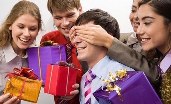 Подарок коллеге мужчине или женщине на день рождения.