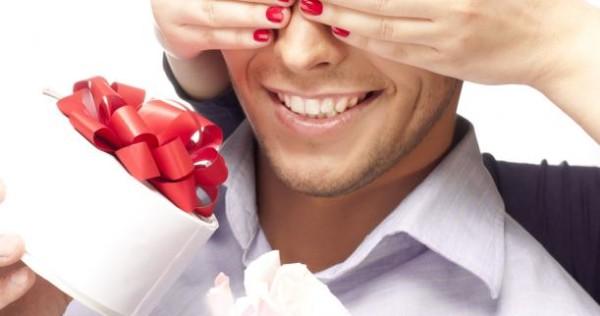 Подарок женатому любовнику в день рождения — какой он?