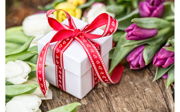 Красивый подарок с цветами