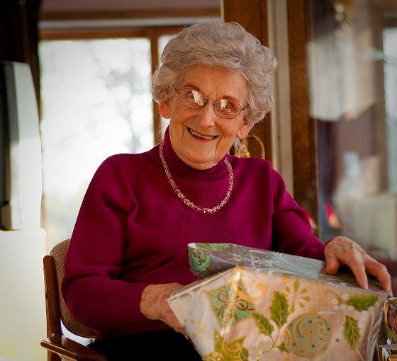 Что подарить женщине на 70 лет – подарки с уважением