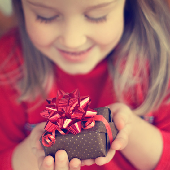 Выбираем, чем порадовать малыша – лучшие идеи подарков детям