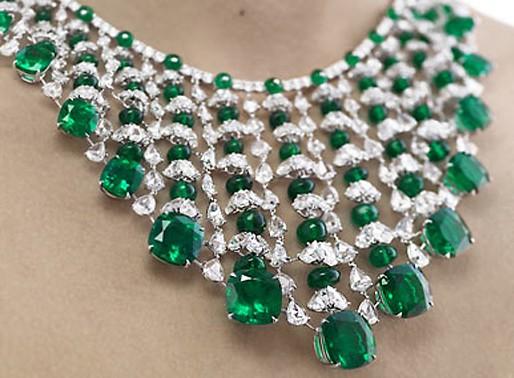 Украшения на шею с зеленым камнем