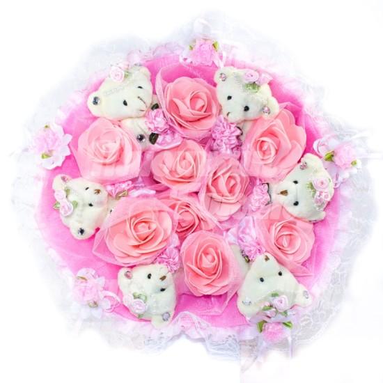 букет с цветами и игрушками