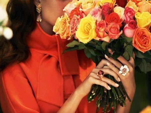 Женщины с цветами в руках
