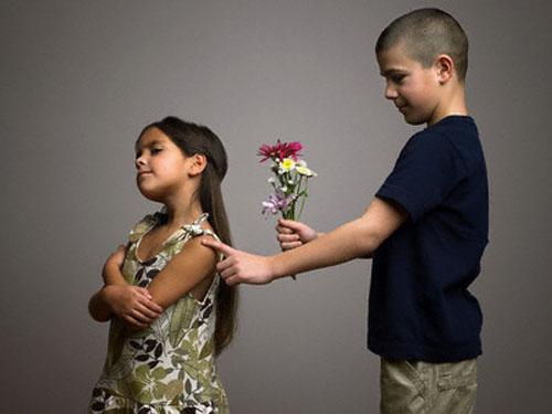 Мальчик дарит девочке цветы