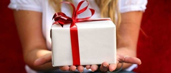 Подарок в белой коробке