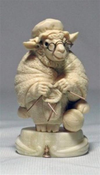 статуэтка вяжущей крысы