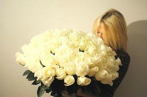 Большой букет белых роз