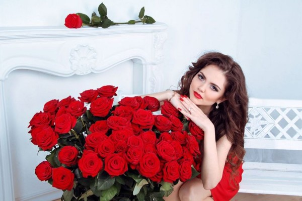 Девушка и большой букет роз