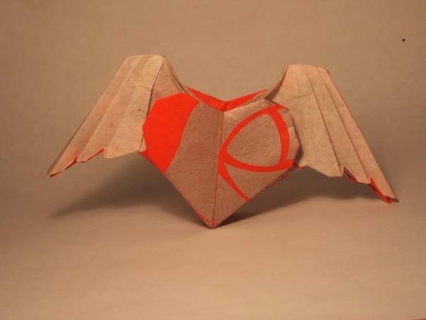 Валентинка с крыльями из бумаги оригами