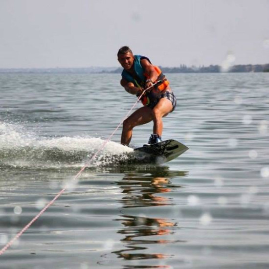 Катание на водных лыжах.