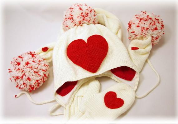 комплект из шарфа, шапочки и теплых варежек