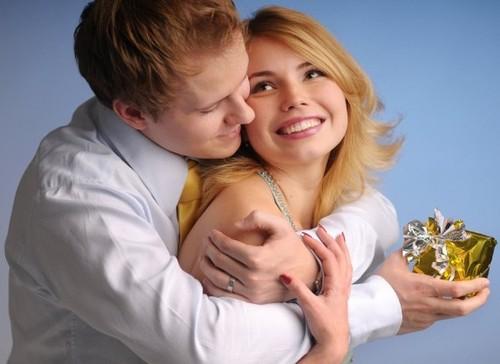 Подарок любимой жене на 25-26 лет: разумный выбор