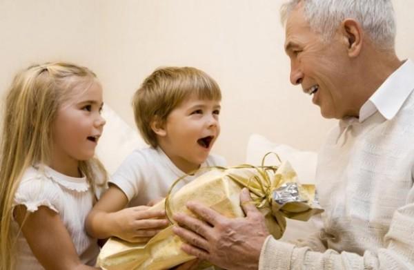 Подарок дедушке от внучат