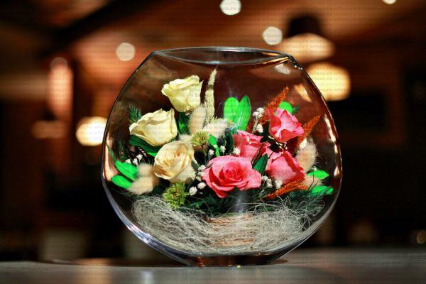 цветы в вакуумном стеклянном сосуде