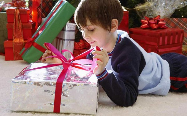 Чем порадовать малыша или подростка, что подарить ему в день торжества