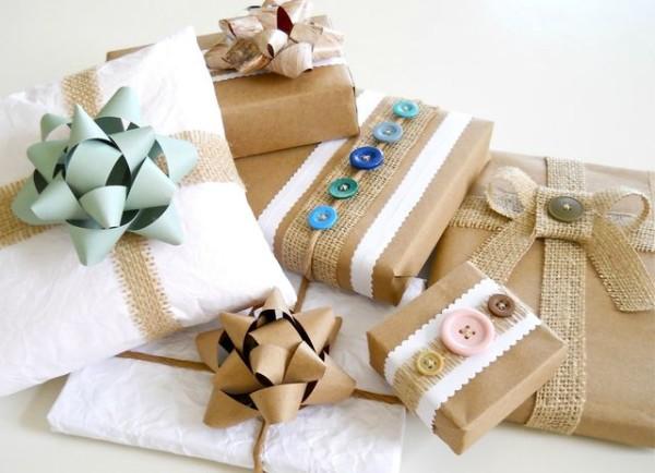 Упаковка подарка с пугвицами