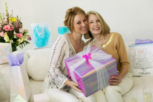 Юбилей любимой мамы – что преподнести ей на 50 лет?