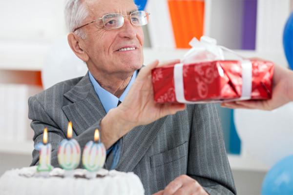 Вот и настала папина осень, скоро ему 60. Что выбрать в подарок отцу?