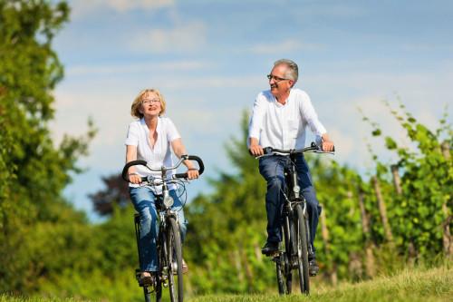 пара на велосипедах на природе