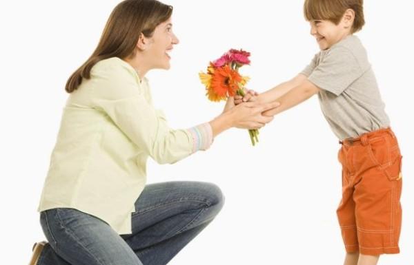 Поздравляем маму. Что может сын подарить ей в день рождения?