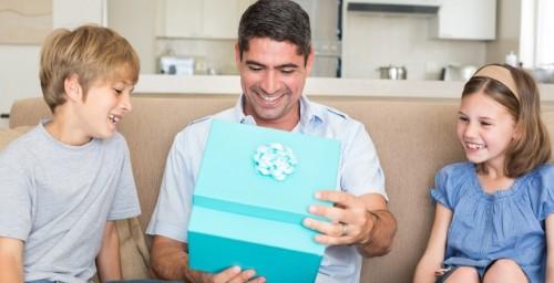 Как удивить папу, какой подарок изготовить для него своими руками?