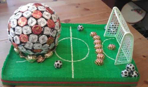Футбольная поле из конфет в подарок мужчине