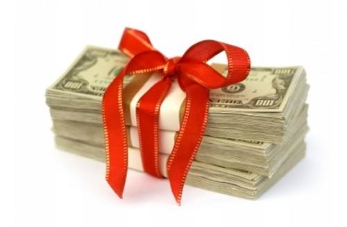 Пачка долларов в мужчине