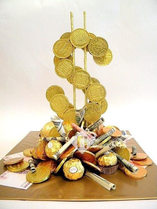 Знак доллара из конфет