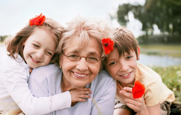 Подарки бабушке – что выбрать на 75-летие?