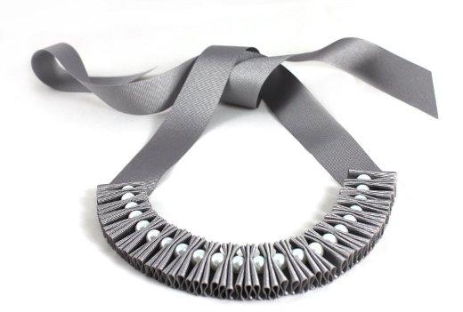 ожерелье из самых обыкновенных атласных лент